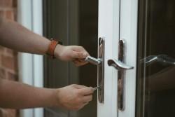 Cambiare la serratura impedendo l'ingresso a chi ne ha diritto costituisce violenza privata