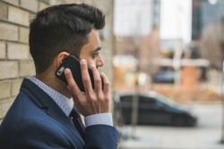 Come fare una conferenza telefonica gratuita a più persone con il proprio cellulare